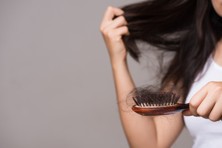 دلیل ریزش مو چیست و چرا تارهای مو نازک میشوند؟